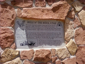 Hole in the rock- Utah, the sign that talks about this place.